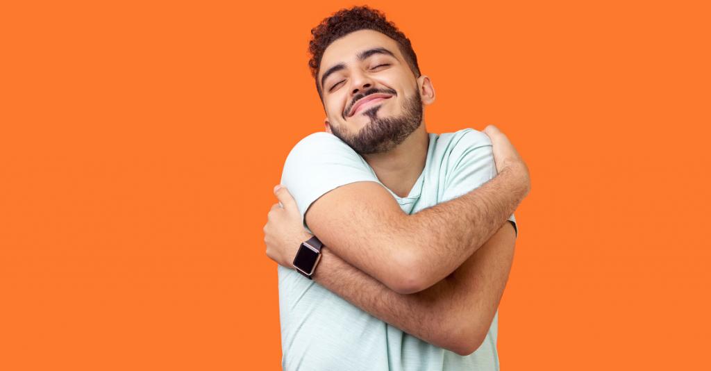 Tevreden man die zichzelf een knuffel geeft